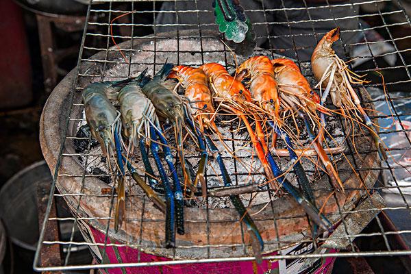 泰国芭堤雅金沙岛特色海鲜小吃烤虾
