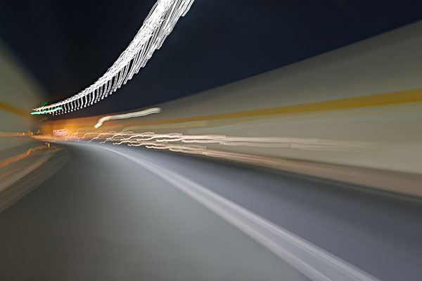 汽车概念,隧道穿越光影