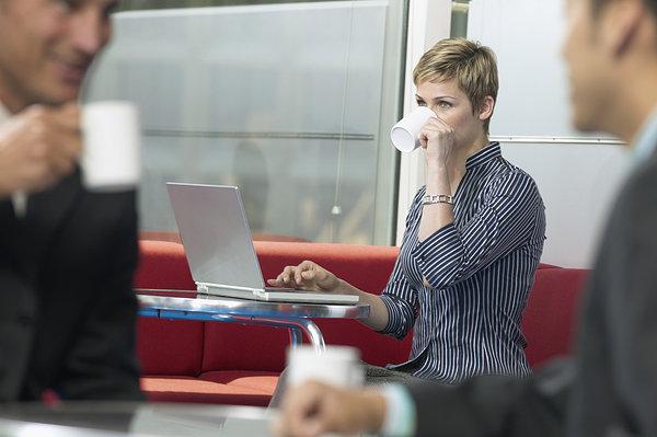 全景图片网:职业女性 喝咖啡