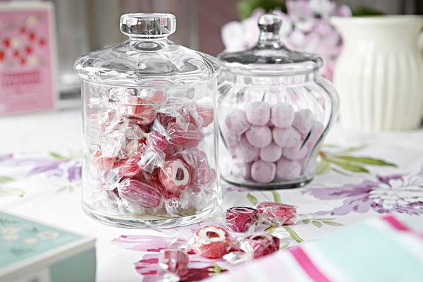 桌子上的糖果罐子