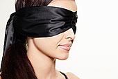 女子戴眼罩