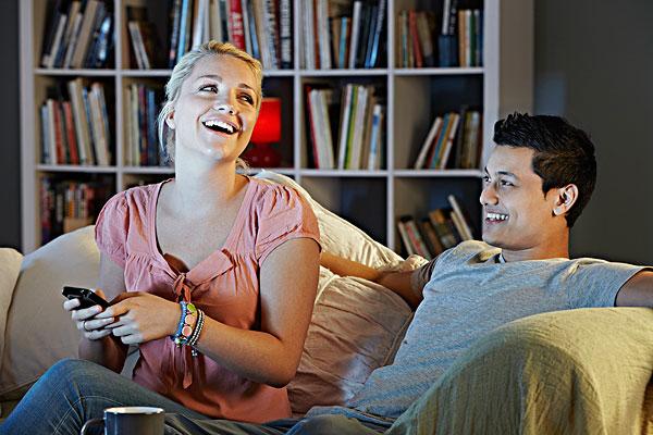年轻,情侣,看电视,笑