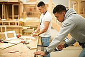 两个,男性,大学生,木工,工作间