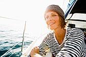 微笑的女人站在船