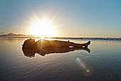 中年,女人,卧,浅水,海滩,日落