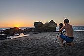 少男,照相,桌子,石头,海滩,拉古纳海滩,加利福尼亚,美国