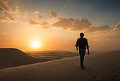 男人,走,格拉密斯,沙丘,加利福尼亚,美国