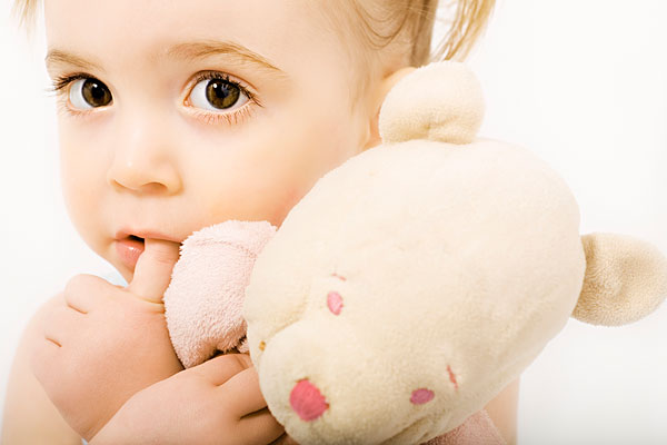 小女孩与玩具熊_全景图片