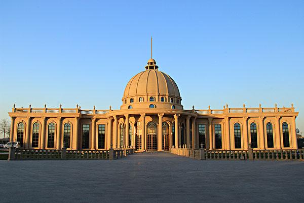 蓝天下的欧式圆顶建筑
