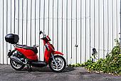 白墙下的红色摩托车