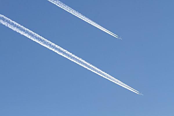哈尔滨松花江蓝天上的飞机