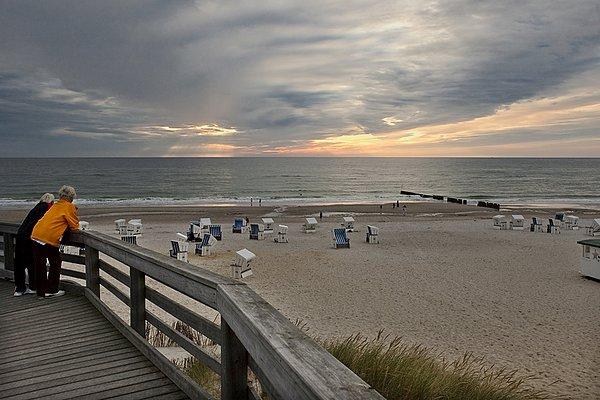 两个女人在有风景的海滩 享有绝佳的景色