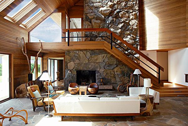 开放式现代客厅里的木板和沙发图片