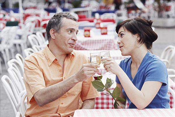 图片标题:成熟,男人,女青年,祝酒,街边咖啡厅