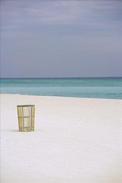 在沙滩上的垃圾桶