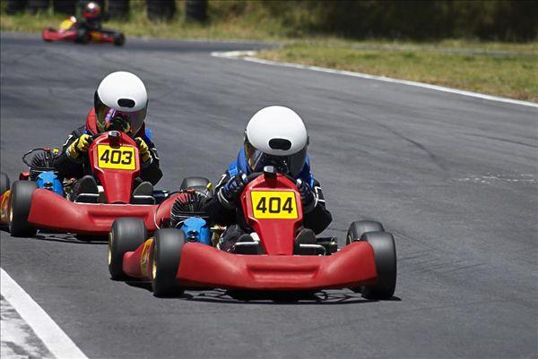 两个人,赛车跑道