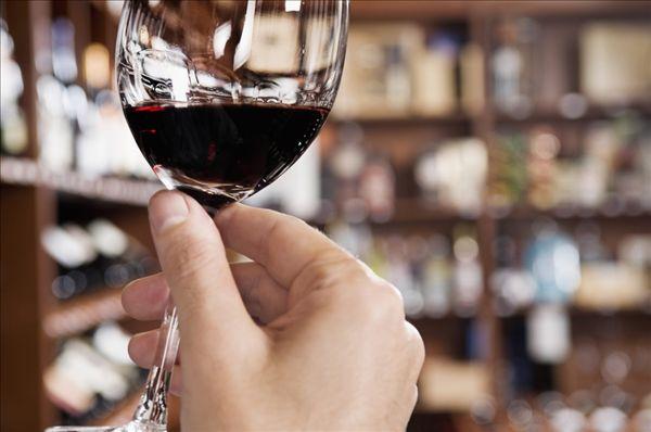 男人手握酒杯伤感图片