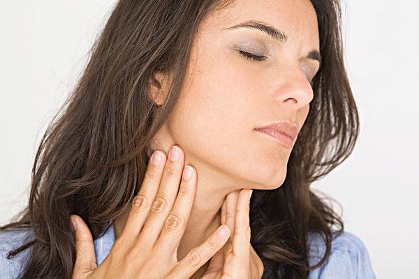 女人有一个喉咙痛