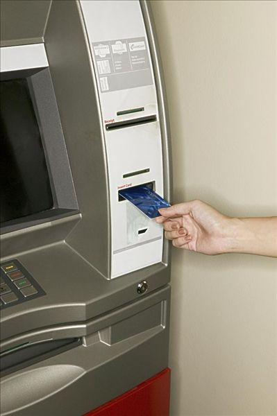 女人使用一个自动取款机