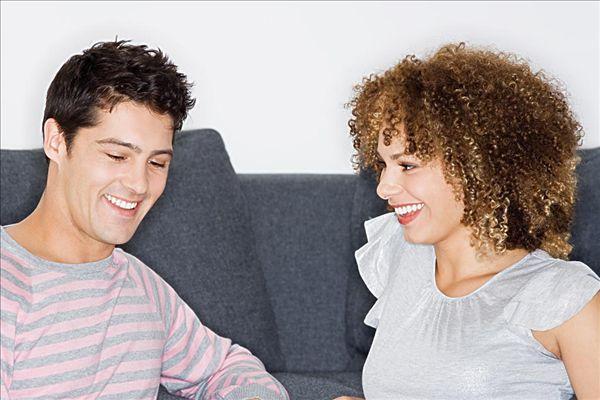 年轻的男人和女人说话