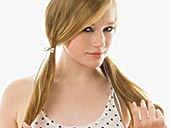 一个扎辫子的美女图片