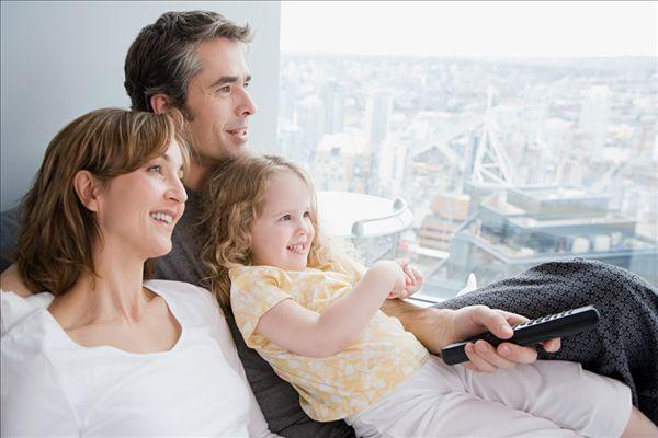 一家人看电视_全景图片