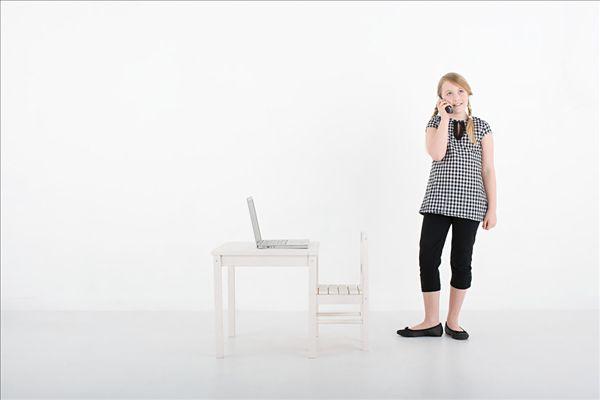 我喜欢 分享 <img>标签:姑娘与手机和笔记本电脑 标题:女孩...