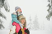 父亲和女儿在雪地