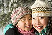母亲和女儿在帽子