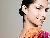 年轻女子与鲜花