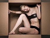 女青年,纸箱