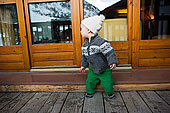 男孩小木屋外