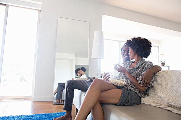 年轻,情侣,看电视,爆米花