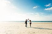 年轻,情侣,走,圣地亚哥,海滩,握手,抬臂