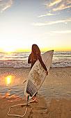 女孩,海滩,冲浪板,穿,潜水服