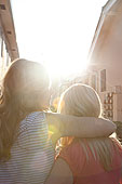 年輕,女同性戀伴侶,摟抱,日落