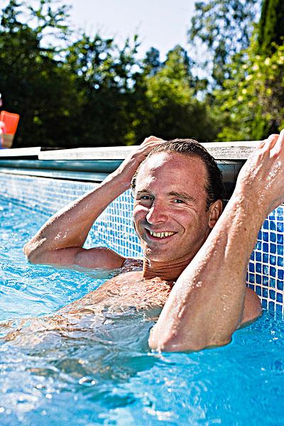 肖像 成熟 男人 游泳池高清图片