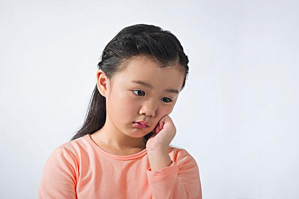 正在思考的小女孩