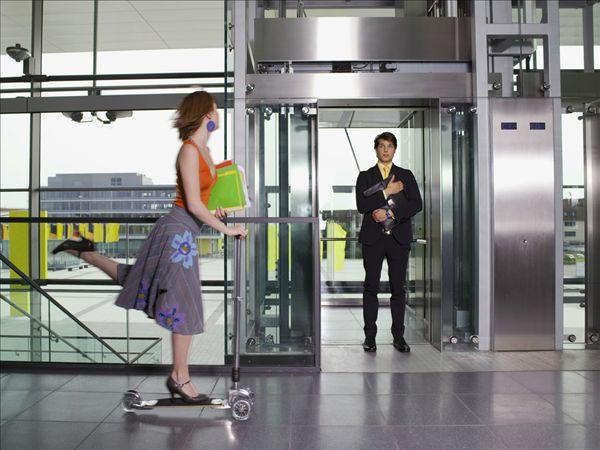 商人站在电梯门口_全景图片