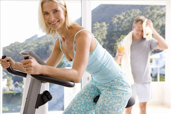 女人室内健身图_