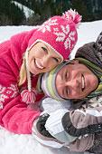 微笑,伴侣,卧,一起,雪中