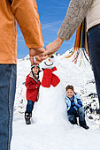 祖父母,握手,看,孩子,雪人