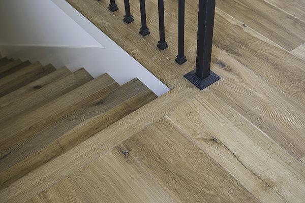 详细硬木地板和楼梯