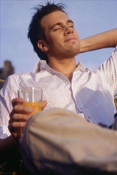 男人,年轻,微笑,闭眼,日光浴,果汁杯,拿着,20-30岁,深色头发,胡茬