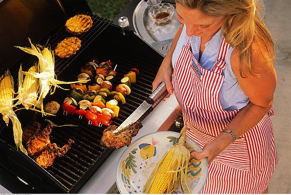 女人烧烤图片
