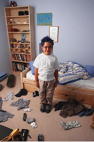男孩在凌乱的房间_全景图片