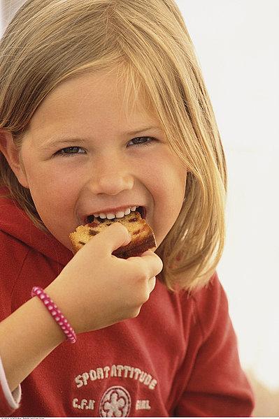 画像的女孩吃蛋糕