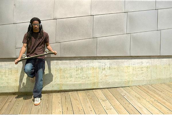 男人,拿着,滑板,靠墙