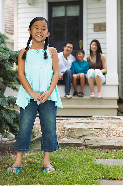 女孩与家人的房子之外