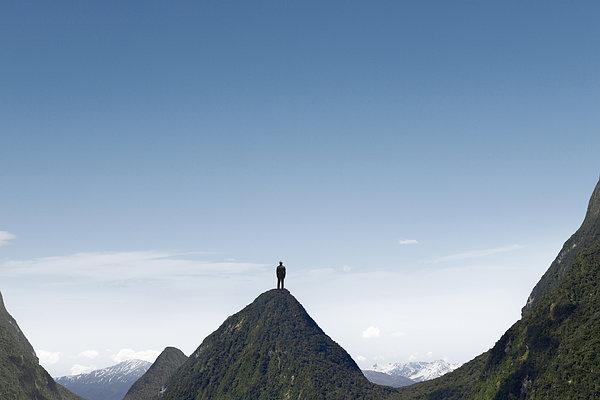 人站在悬崖的图片 伤心的人站在悬崖边上 人站在悬崖边上